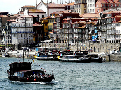 Porto seen from the bridge (well with my camera and its big zoom).