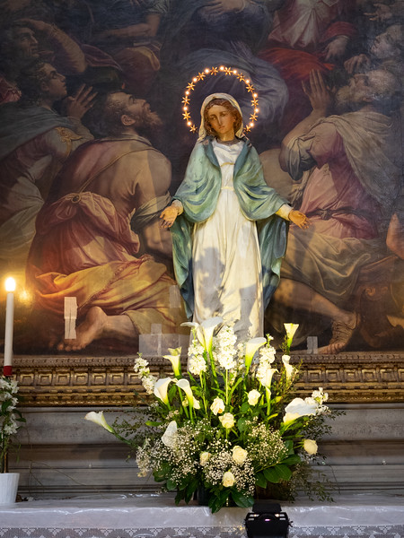 Statue of the Virgin Mary in Santa Croce.