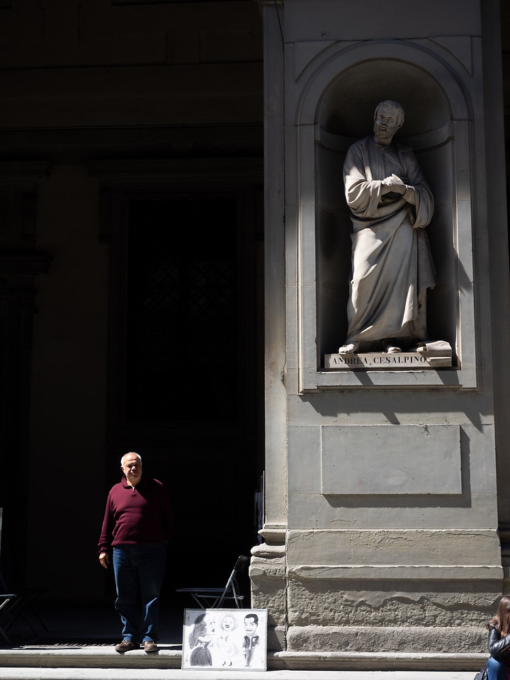 Life imitates Art, outside the Uffizi gallery.