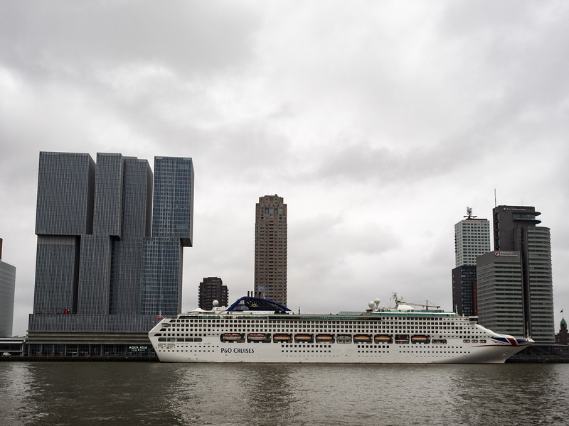 This cruise liner made an interesting juxtaposition with the De Rotterdam building.