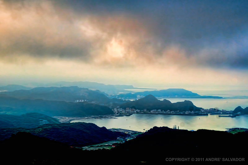A foggy late afternoon view of the bay waters at Chiufen.