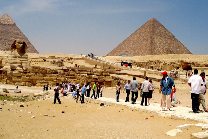 This is an awkward angle because the Great Sphinx and the Pyramids are on different elevations and different slopes.