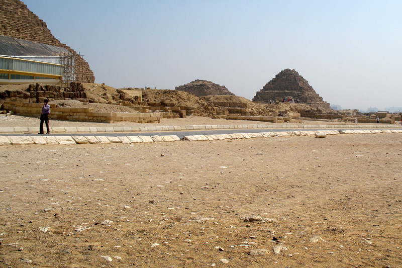 Looking at the ruins of the Queens Pyramids at the east side of Khufu.