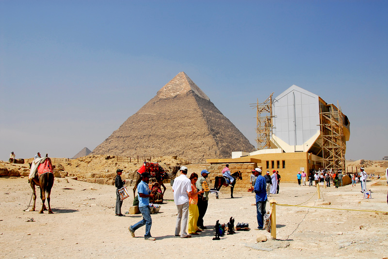 The museum that is under construction at the south side of the Khufu Pyramid (not visible on the right hand side) and the Chepren Pyramid at the back and the left of the museum.
