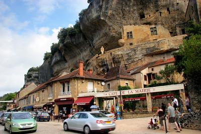 Font de Gaume is very near the village of Les Eyzies de Tayac.