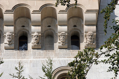 Don't know the story behind these heads on the balcony structure ...