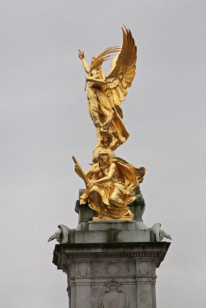 """<span style=""""color:yellow;""""> Queen Victoria Monument, Buckingham Palace.  We chose to stand at the bottom of this monument to get the best view of the Changing of the Guard Ceremony.  </span>"""