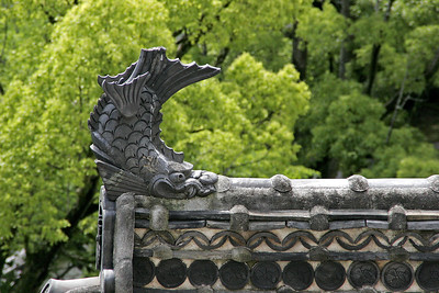 The dolphin-like Schachi-gawara motifs on the roof were mythical beasts believed to protect the castle from fire.