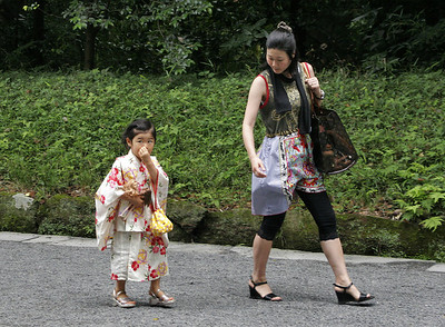 Yes, those cute Japanese kids pick their noses just like kids everywhere!