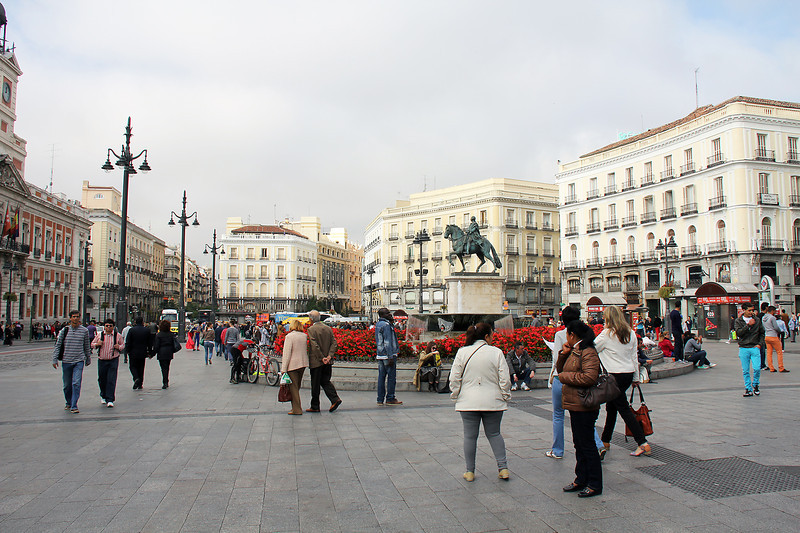 Only about 4 blocks from our hotel was Puerta del Sol, the plaza regarded as the center of Madrid.