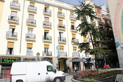 The Hotel Acupulco, in the old town part of Madrid.   Our room was on the 4th floor ... the room with the open door.