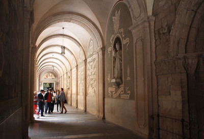 We proceed down a side passage next to the basilica and its courtyard, on our way for our personal encounter with La Moreneta (The Black Virgin) which is the monastery's relic and its principal attraction.