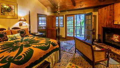 Cozy Hawaiian hotel room.