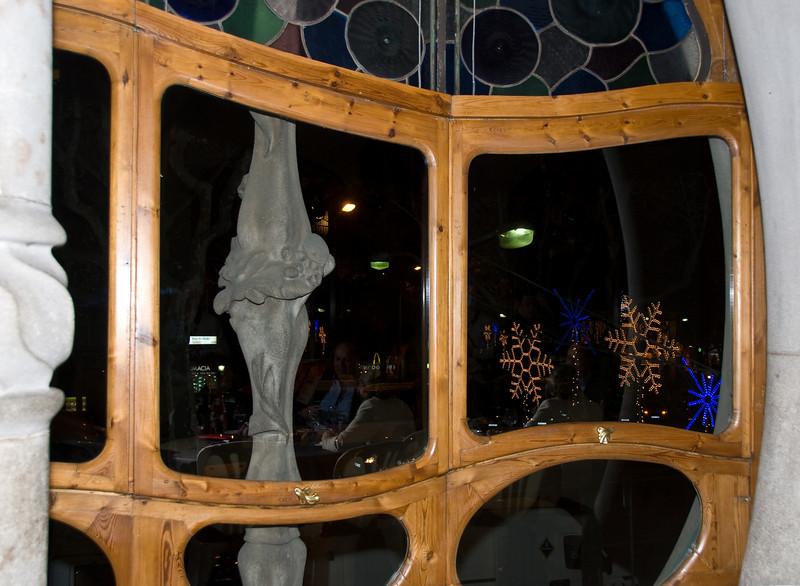 Christmas lights seen through the front window of Casa Batlló. (Dec 11, 2007, 09:14pm)