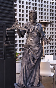 Blind justice living statue posing outside Oven resturant. (Dec 11, 2007, 12:12pm)