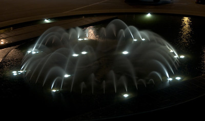 Fountain outside of the Barcelona marina area, at night, seen from Hotel Arts. (Dec 12, 2007, 10:10pm)