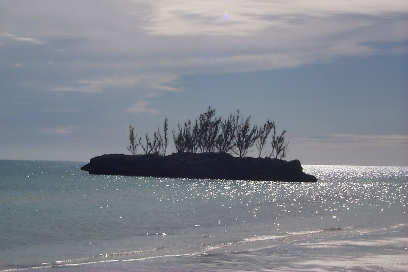 <b>Goulding Cay Seen from Beach</b>   (Apr 16, 2000, 04:39pm)