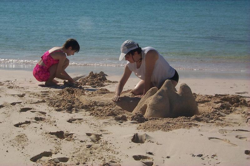<b>Daphne Shows Kids How To Build Sand Castles</b>   (Apr 17, 2000, 04:43pm)
