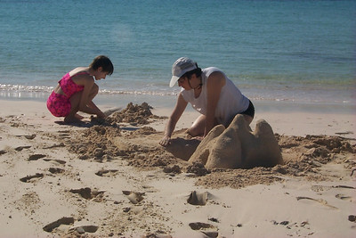 Daphne Shows Kids How To Build Sand Castles   (Apr 17, 2000, 04:43pm)