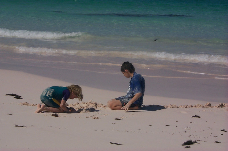 <b>Amor and Ben Dig in at Club Med Beach</b>   (Apr 19, 2000, 03:57pm)