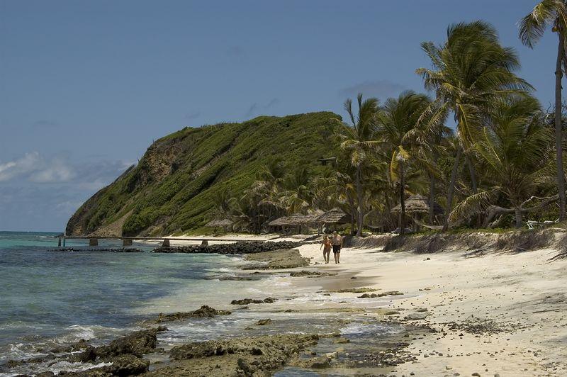 <b>A couple takes a stroll up Atlantic Beach</b>   (Jul 25, 2004, 12:28pm)