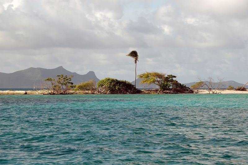<b>Sandy Island against a backdrop of Union Island</b>   (Jul 20, 2004, 04:33pm)