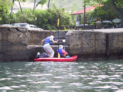 Daphne and Beth board kayak in Kealakekua Bay   (Jul 16, 2001, 08:38am)