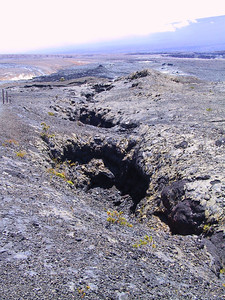 Cracks in floor of Kilauea Caldera   (Jul 17, 2001, 12:56pm)