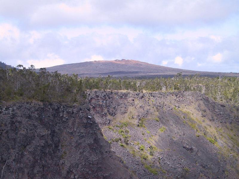 <b>Mauna Ulu seen from Pauahi Crater</b>   (Jul 17, 2001, 03:48pm)