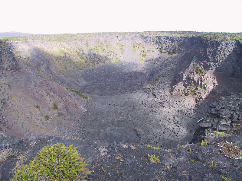 <b>Pauahi Crater at side of Chain of Craters Road</b>   (Jul 17, 2001, 03:47pm)