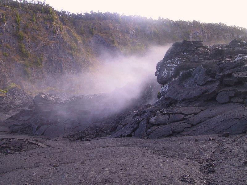 <b>Steam circulates around lava structures in Kilauea Iki creater</b>   (Jul 18, 2001, 07:05am)