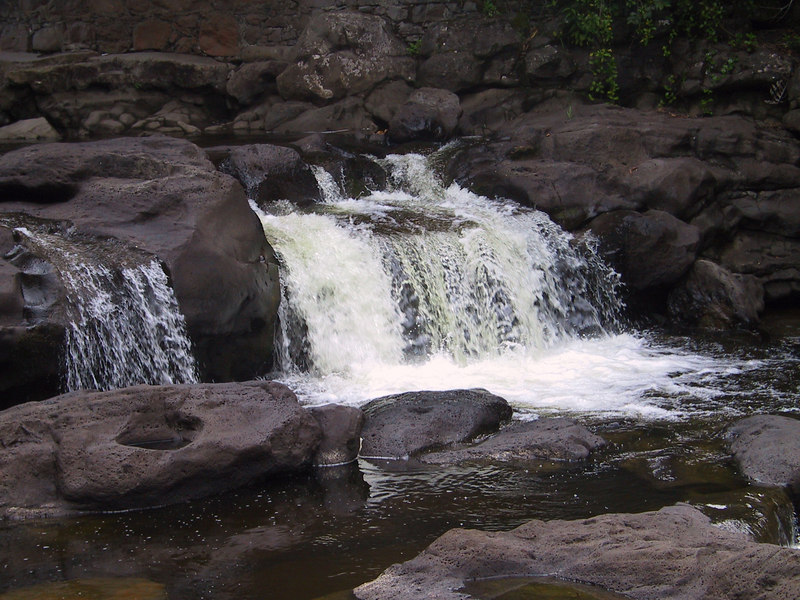 <b>Small waterfall in the stream below Umauma Falls</b>   (Jul 18, 2001, 04:43pm)