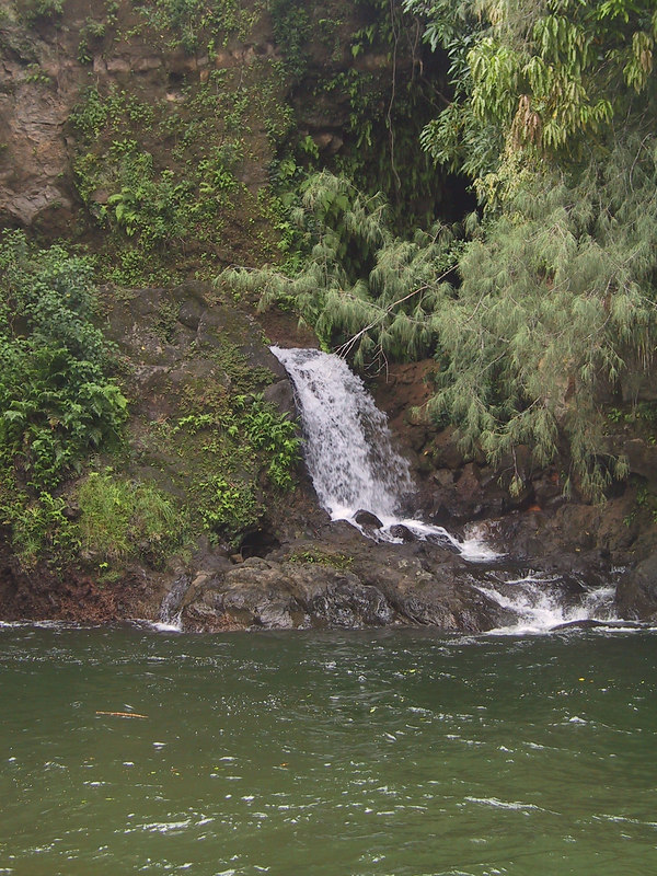 <b>Small waterfall across river at Kolekole Beach Park</b>   (Jul 18, 2001, 01:12pm)