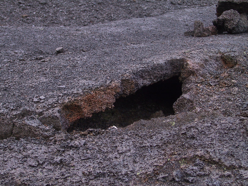 <b>Closeup of surface of Kilauea Iki showing cracked lava floor</b>   (Jul 18, 2001, 06:46am)