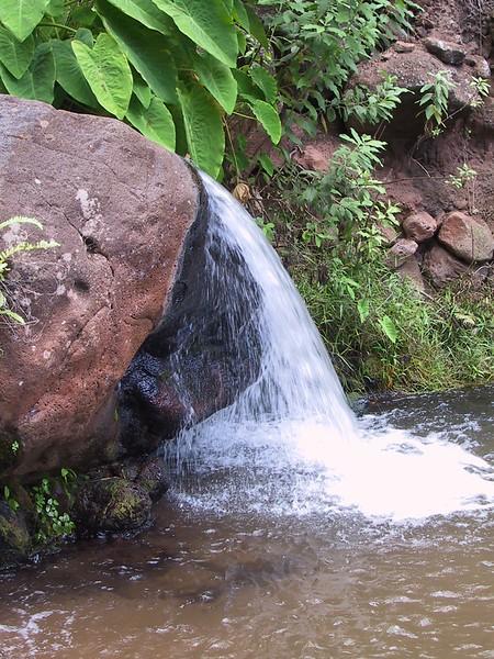 <b>Waterfall near Milolii Beach</b>   (Jul 23, 2001, 01:38pm)