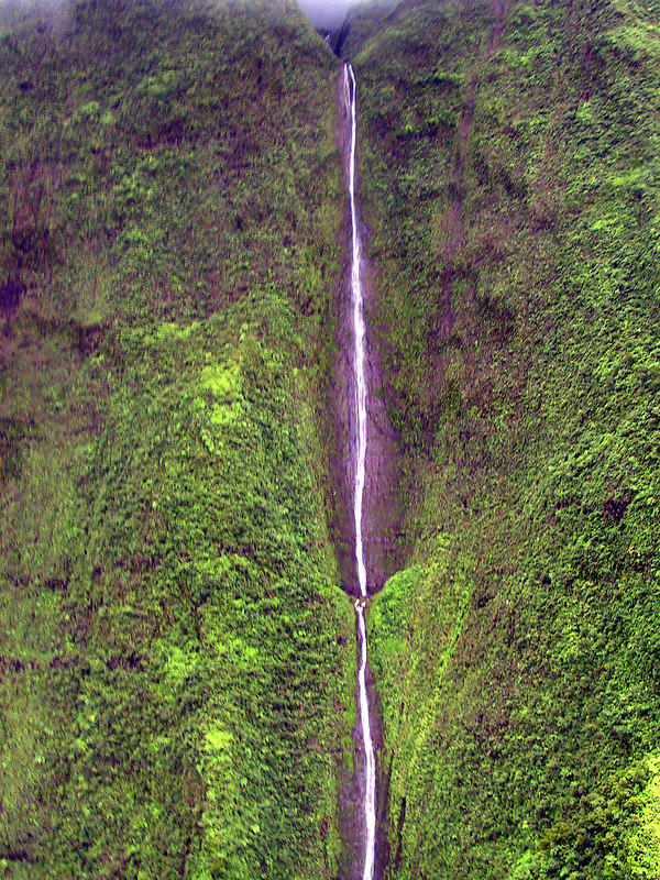 <b>Waterfalling down the walls of Mt Waialeale crater</b>   (Jul 26, 2001, 02:36pm)