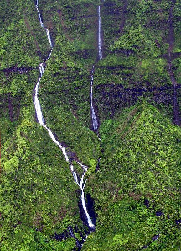 <b>Closer view of waterfalls in Wainiha Valley </b>   (Jul 26, 2001, 01:13pm)
