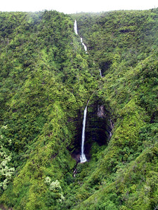 A waterfall on the north side of Kauai   (Jul 26, 2001, 02:32pm)