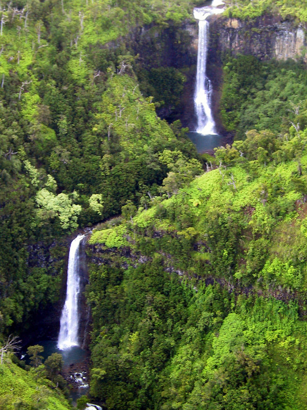 <b>Helicopter view of waterfalls in Hanapepe valley</b>   (Jul 26, 2001, 02:41pm)