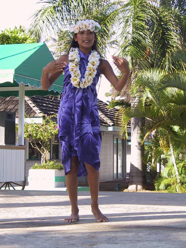 <b>Hula girl at Coconuts Marketplace</b>   (Jul 27, 2001, 05:18pm)