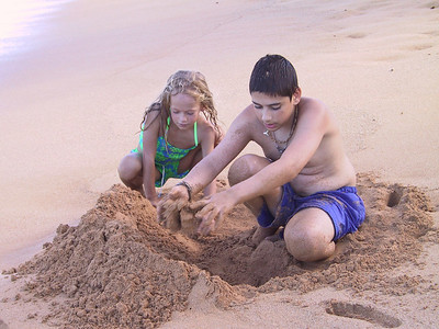 Heather and Ben play in the sand at Pono Kai beach   (Jul 27, 2001, 03:41pm)