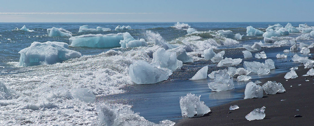 The Jökulsárlón lagoon is joined to the Atlantic by one of the world's shortest rivers (less than 100 meters). <br /> <br /> The icebergs that join the Atlantic are scrubbed clean by the waves and wash up on the beach.
