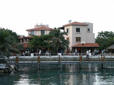 Part of downtown Puerto Aventuras   (Dec 28, 2002, 05:07pm)