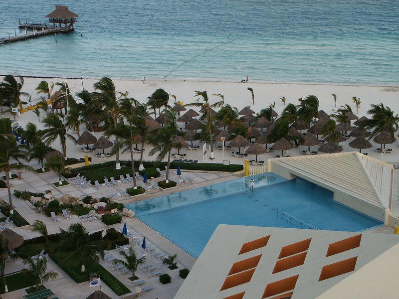 <b>Hotel patio seen from room</b>   (Dec 27, 2002, 06:50am)