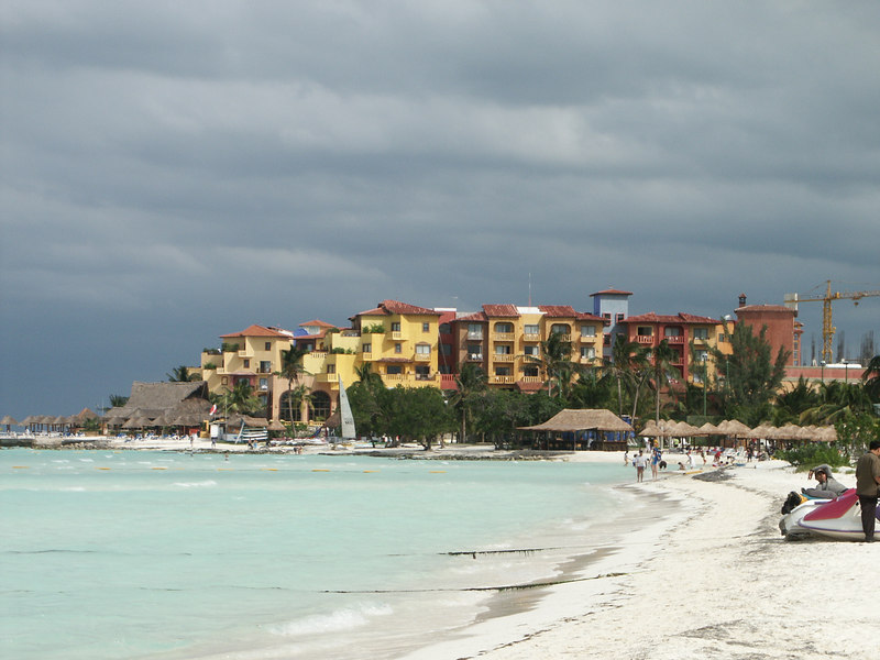 <b>Looking East along North shore of Cancun</b>   (Dec 27, 2002, 12:07pm)