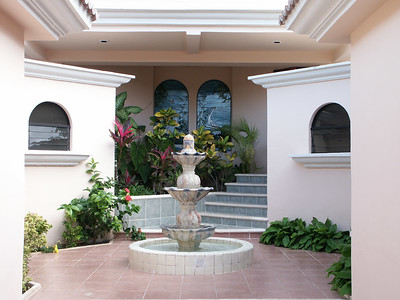 The villa's entrance courtyard   (Dec 28, 2002, 02:47pm)