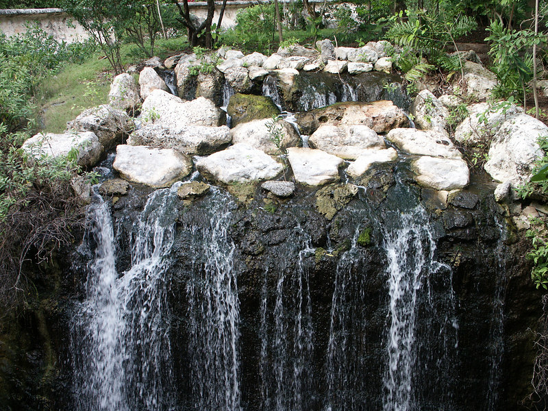 <b>Small waterfall at Xcaret</b>   (Dec 29, 2002, 01:48pm)
