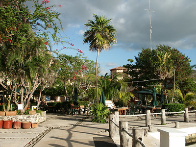 Downtown Puerto Adventuras   (Dec 29, 2002, 07:31am)