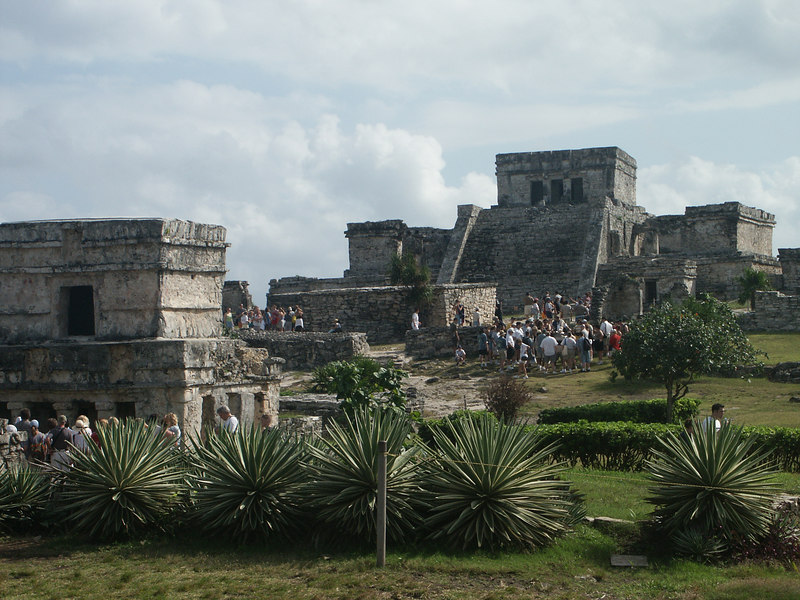 <b>Look back at the Castle and the crowds at Tulum</b>   (Dec 30, 2002, 10:19am)