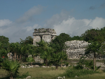 Tower at North entrance to Tulum   (Dec 30, 2002, 09:22am)